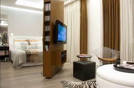 trennwand schlafzimmer raumteiler trennwand mit tv regal drehbar im moderne schlafzimmer