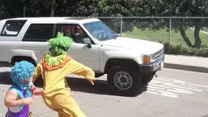 katy perry u0027s clown car crash prank disturbs onlookers daily mail