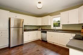 cuisine historique vieille pièce simple vide blanche de cuisine dans la maison