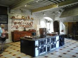 cuisine chateau porte intérieure et vitrine rassemblant des verres et carafes