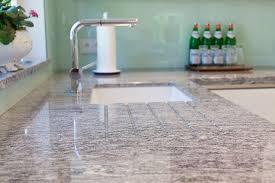 arbeitsplatte k che g nstig granit arbeitsplatte mit weißen fronten moderne klassik küche