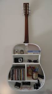 10 ideas de decoracion para todo amante de la musica guitar a guitar can be used as an inspiration to decorate the music lover s house this ideas of using the instrument format as a shelf is beautiful and super