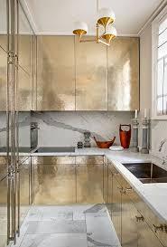 dans la cuisine de tendance du doré dans la cuisine frenchy fancy