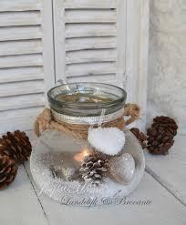winters windlicht met denneappels nepsneeuw en touw flessen