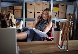 femme de bureau mobile parlant d entrepôt de bureau de femme d architecte photo