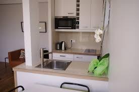 cuisiner avec un micro onde appartement meublé à louer à avec une cuisine intégrée