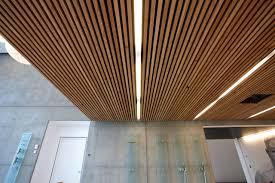 panneaux acoustiques bois panneau pour plafonds suspendus effet bois dinesen ceiling by dinesen