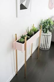skinny planter stand diy click through for tutorial diy things