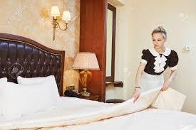 hotel femme de chambre service de hôtel femme de ménage travailleur bonne décision lit