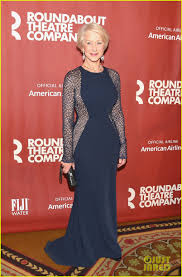 Clothes For 70 Year Olds Jennifer Garner Helps Honor Helen Mirren At Roundabout Theatre