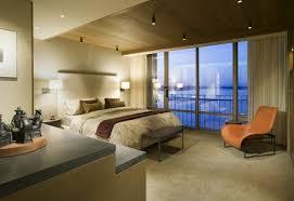 spot chambre à coucher plafonds faux plafond aspect bois élégant spots led fauteuil orange