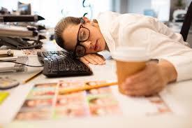 sieste au bureau femme d affaires fatiguée faisant une sieste au bureau créatif image