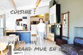 peindre mur cuisine un grand mur gris dans ma cuisine be frenchie