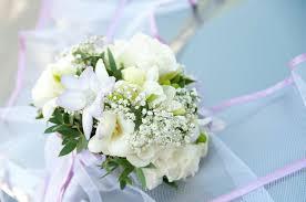 fleurs blanches mariage bouquet de mariage sur le banch fleurs blanches sur le fond bleu