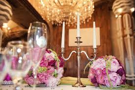 bougeoir mariage composition florale magnifique à la table de mariage et bougeoir