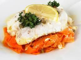 cuisiner filet de cabillaud filets de cabillaud en papillote sur julienne de carottes les