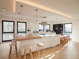 ilot central dans cuisine meubles blanc et bois clair et plancher assorti dans la cuisine avec