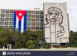 Che Guevara Flag Regierungsgebäude In Revolutionsplatz Mit Kubanischen Flagge Und