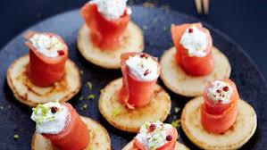canapé saumon fumé bouchées de saumon fumé chantilly citron vert et baies roses
