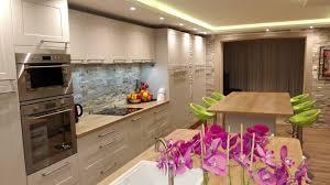 cuisine sur un pan de mur harmonie réussie en cuisine cuisines et bains