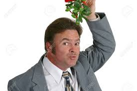 baise au bureau un type à la partie de bureau tenant le gui au dessus de sa tête et