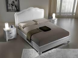 la testata la testata letto in legno di frassino con la testata in pelle