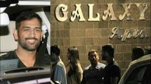 ms dhoni visits salman khan house late night at galaxy apartments