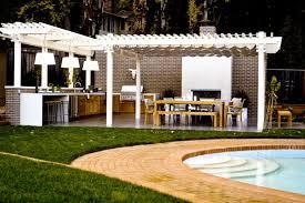idee amenagement cuisine d ete construire cuisine d ete un pergola fonctionnel près de la piscine