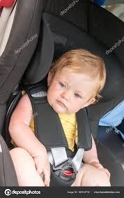 siège auto sécurité portrait de garçon joli bambin assis dans le siège auto sécurité de