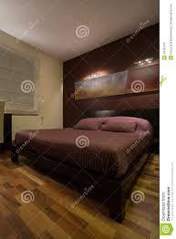 Schlafzimmerm El Betten Dunkles Schlafzimmer Mit Enormem Bett Stockfoto Bild 49487510
