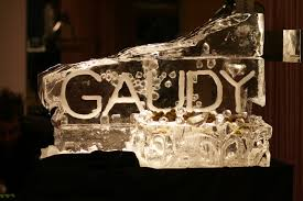 does the word gaudy come from the catalan architect a gaudí