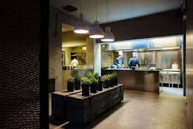 restaurant cuisine ouverte la ménagère un restaurant magasin à la déco industrielle et
