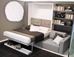 bett im wohnzimmer bett mit aluminiumrahmen hinter der rücklehne sofa doppelbett
