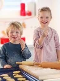 cuisine avec enfant conseils pour cuisiner avec les enfants momes