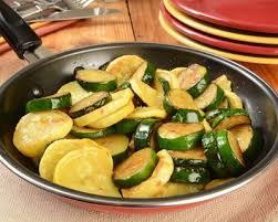 cuisiner courgettes poele recette poêlée de courgettes d oignon à la graisse de canard