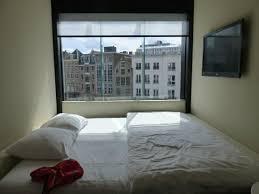 taille minimale chambre chambre minimum avec lit de grande taille photo de citizenm