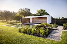 Poolhouse by Modern Poolhouse Met Zwemvijver Terras Van Gezandstraald Beton