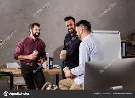 image pause café bureau hommes affaires souriants parler pendant pause café bureau