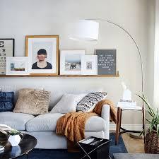 interiors canapé coussins désordonnés sur un canapé gris clair deco maison canape