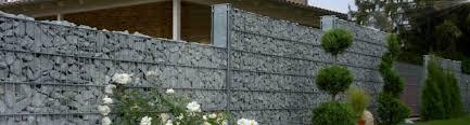 rembart holz im garten steinmauer holz und stein gartenhäuser