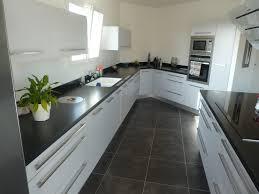 cuisine grise plan de travail noir modele plan de travail cuisine phantasypark com