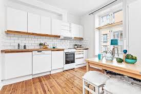 cuisine plancher bois cuisine blanche plan de travail noir 1 plan de travail en bois