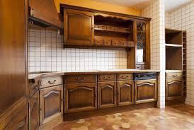 repeindre meubles cuisine repeindre meuble cuisine bois vernis ides