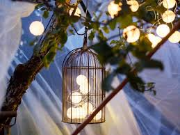 lichterkette fã r balkon schöne dekoidee mit lichterketten für eine gemütliche gartenparty