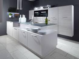 cuisine design toulouse cuisine design contemporaine en laque avec ilot décalé mur technique
