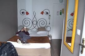 chambre toute la toute chambre et à droite la porte de la mini salle d eau