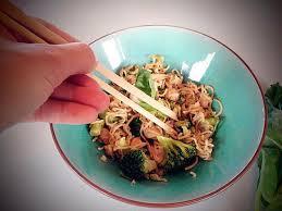 cuisiner le brocolis frais recette de nouilles sautées au poulet brocolis et gingembre frais