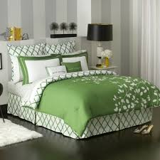 what color wall to go with a kelly green bedspread