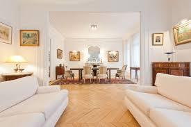 Visites Privées 13 Appartements Français Osent La Couleur Salon D Un Appartement Haussmannien Deux Canapés Blancs Se Font