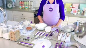 Wilton Cupcake Decorating Learn The Wilton Method Of Cake Decorating With Emily Tatak On